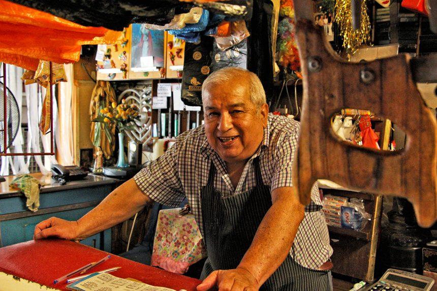 Carnicería de Don Carlos, atendiendo a tres generaciones